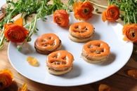 Galletas de Halloween con crema de cacahuate  y chocolate